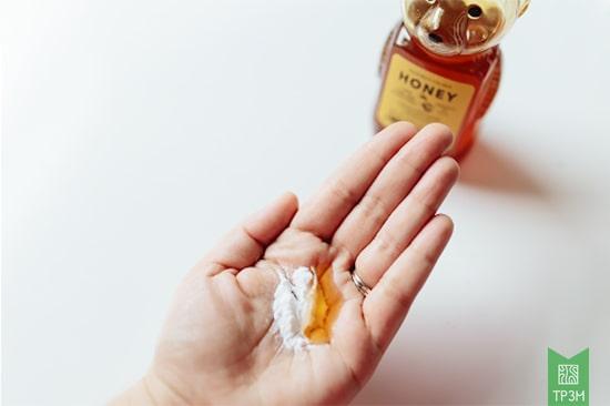 Tẩy tế bào chết cho da mặt bằng mật ong và baking soda